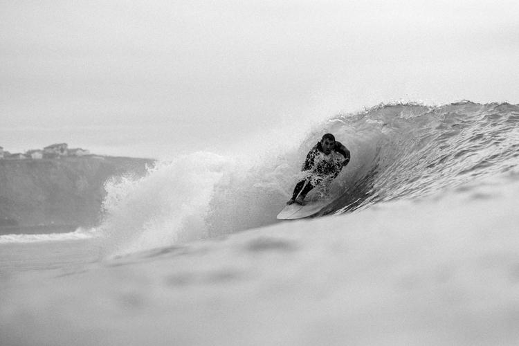 Le surfeur Guihem Dupouy photographié par Mat Hemon dans les Landes ou au Pays basque.