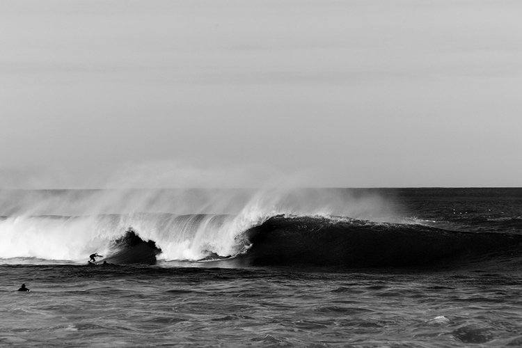 Photo de vague en noir et blanc par Mat Hemon