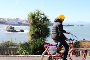 Balade avec le vélo électrique Pedego devant la plage de Miramar à Biarritz.