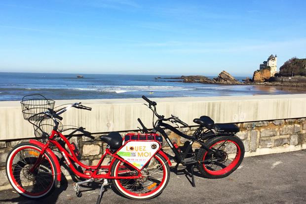 Les vélos electriques Pedego Biarritz devant la Côte des Basques.
