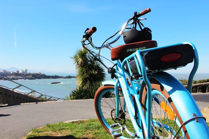 Vélo beach cruiser Pedego devant la plage Miramar à Biarritz.