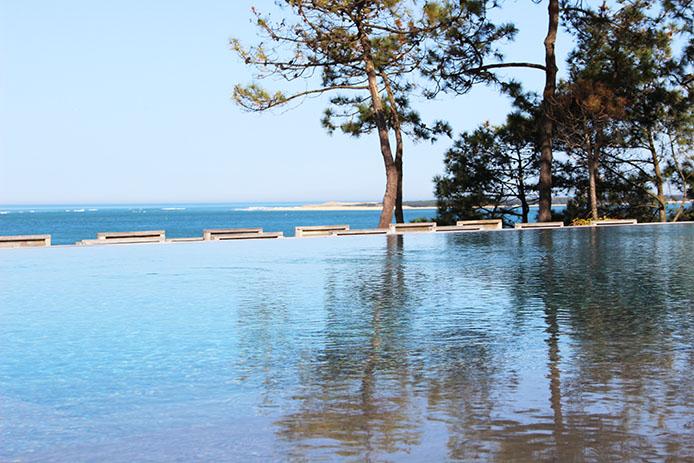 Piscine à débordement de l'Hôtel Restaurant La Co(o)rniche sur la Dune du Pyla.