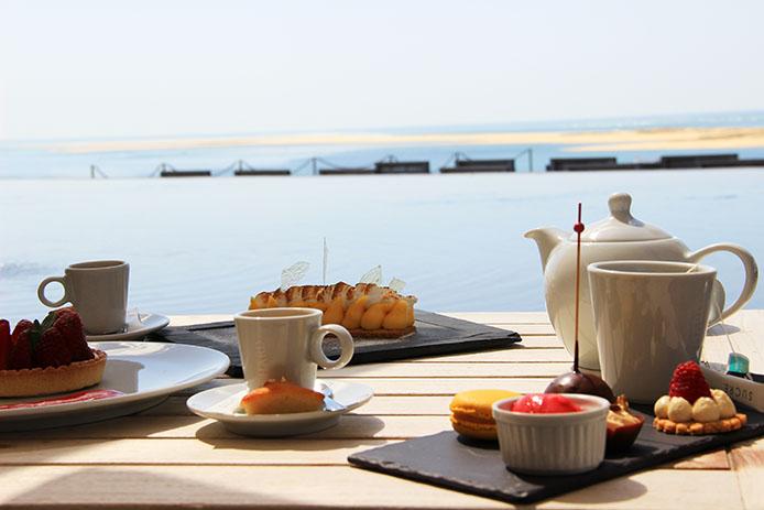 Café gourmand sur la terrasse de l'hôtel restaurant La Corniche à Pyla sur Mer.