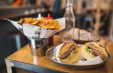 Burger frites maison du Comptoir Au Burger à Biarritz.