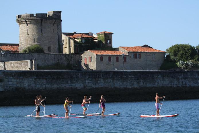 Stand-Up Paddle dans la Baie de Socoa à Saint-Jean de Luz au Pays basque.