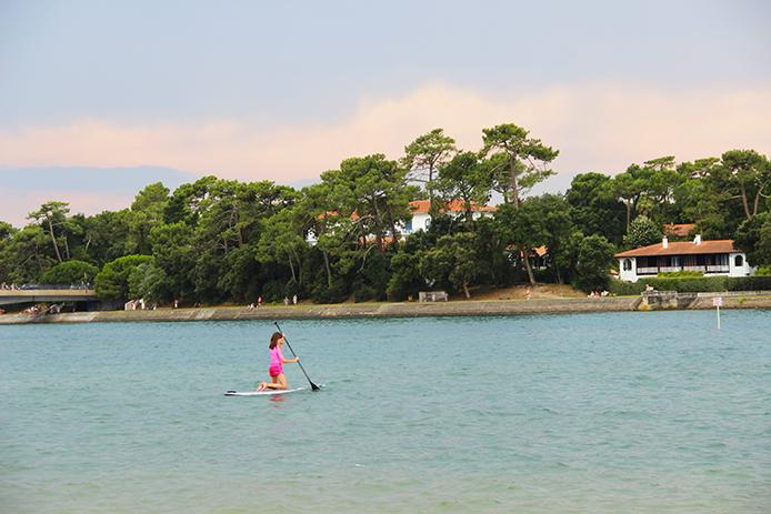 Stand-Up Paddle sur le lac d'Hossegor dans les Landes.