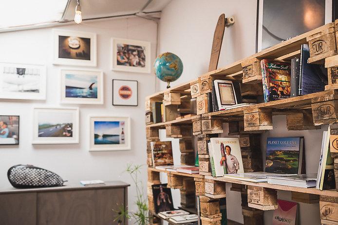 Bibliothèque en palettes recyclées du shop All Good à Soorts Hossegor.