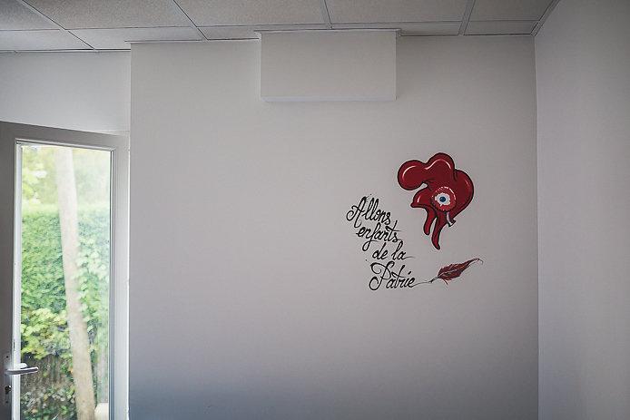 Tag sur les murs de l'école de français Sofi64 à Anglet.