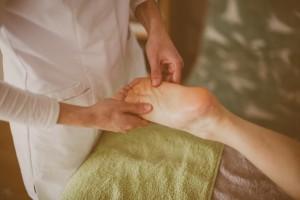 Massage du pied par Elodie d'Esprit Léger à domicile au Pays basque.