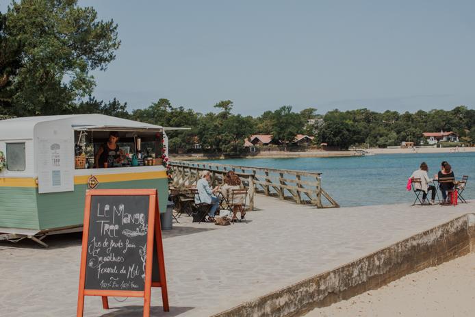 la caravane du bar à jus Mango Tree face au lac d'Hossegor.