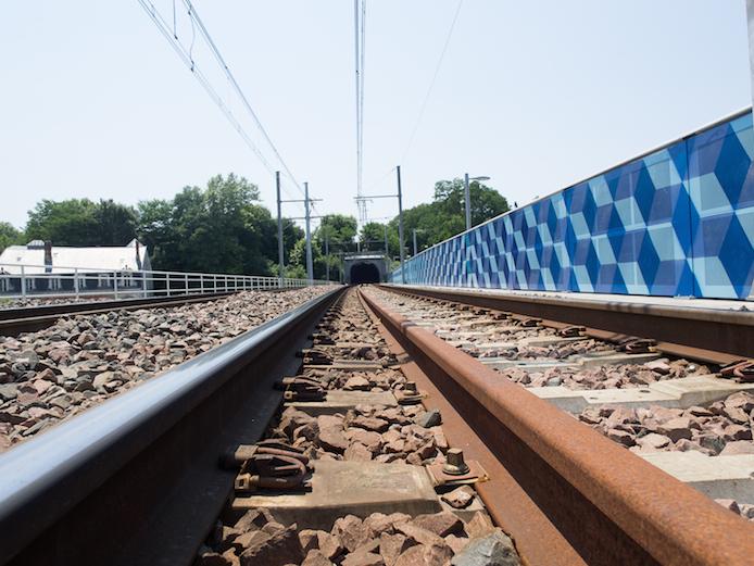 Oeuvre monumentale sur le pont ferroviaire de Bayonne par l'artiste LX.one.