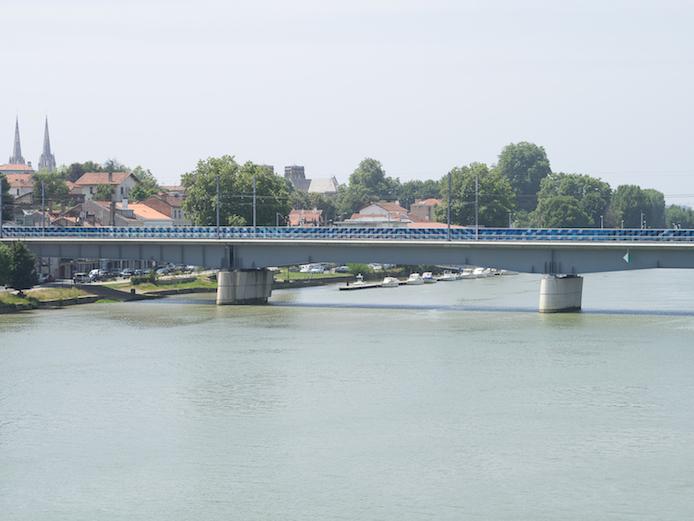 Pont ferroviaire de Bayonne revisité par le projet de Spacejunk.