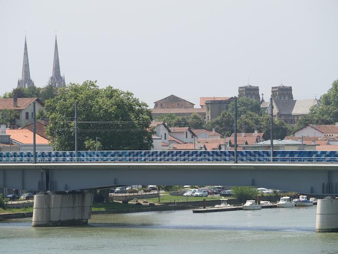 Pont ferroviaire de Bayonne sur l'Adour revisité par LX.one.