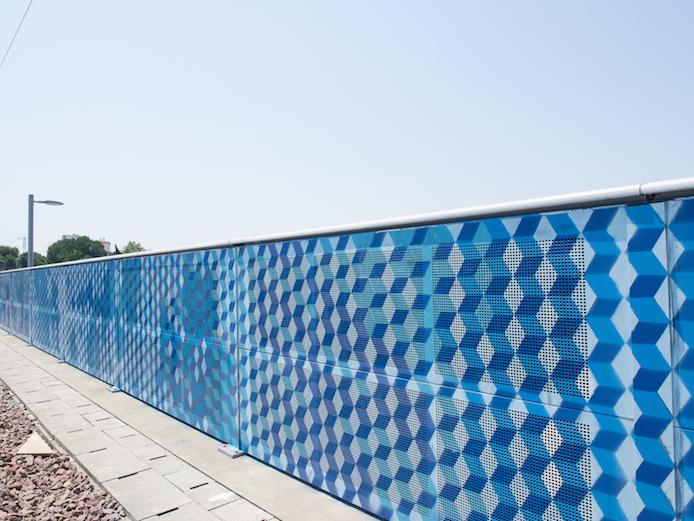 Dessins géométriques de l'artiste LX.one sur le pont ferroviaire de Bayonne.