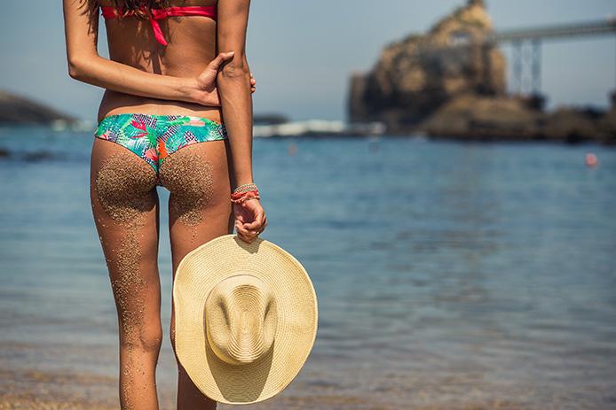 Victoria Vergara plage du Port Vieux à Biarritz avec Sowe Swimwear.