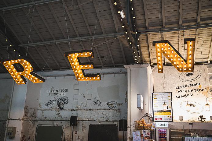 Lettres ampoules de la buvette Chez Renauld à Saint-Jean de Luz.