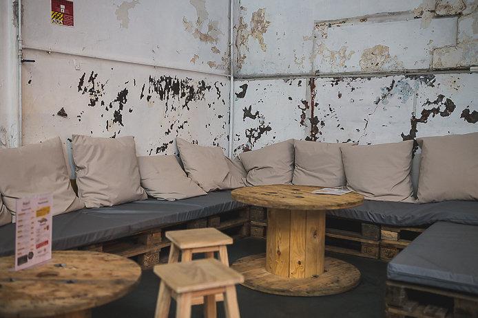 Coin salon canapés de la buvette Chez Renauld à St-Jean de Luz.