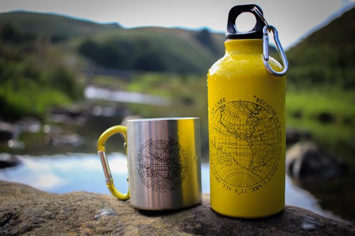 Gourde et tasse EQ Love pour le camping.