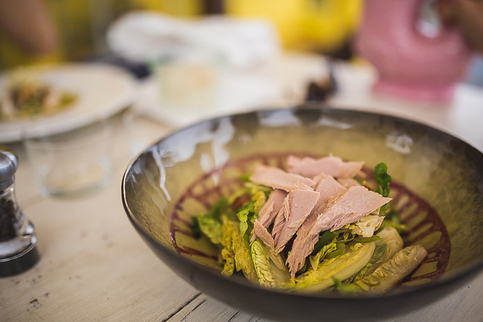 Assiette de thon au restaurant le Poinçon à Guéthary.