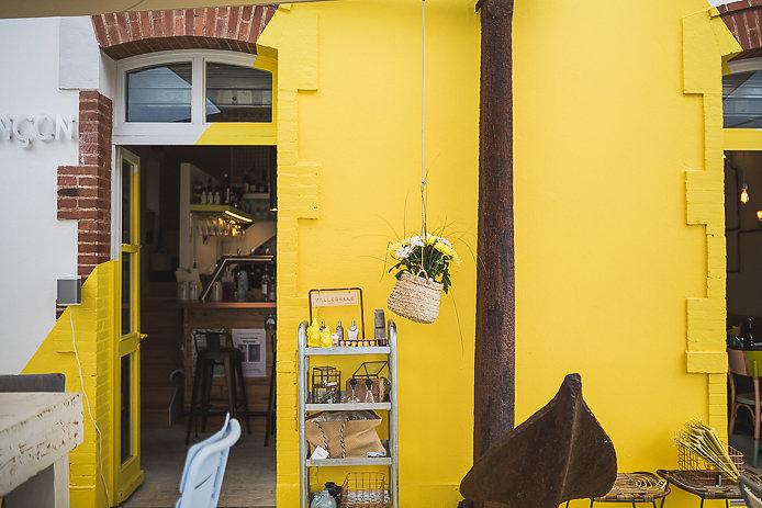 Déco atypique jaune avec encre au restaurant Le Poinçon à Guéthary.