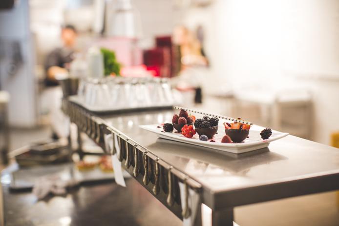 Dessert aux fruits rouges dans les cuisines de l'hôtel Baya à Capbreton.