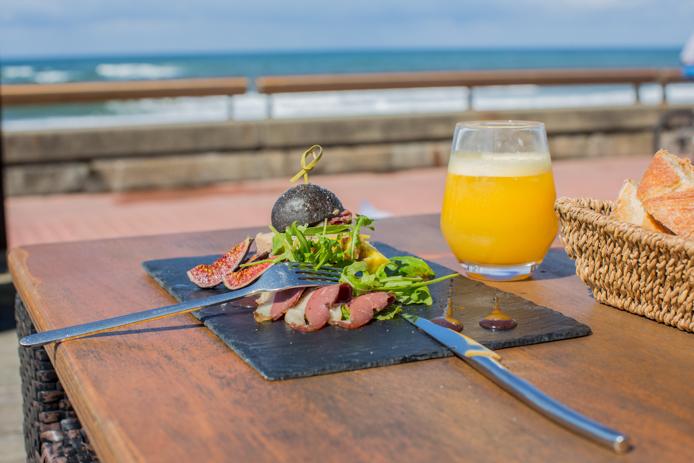 Mini burger au foie gras vue mer à l'hôtel restaurant le Baya à Capbreton.