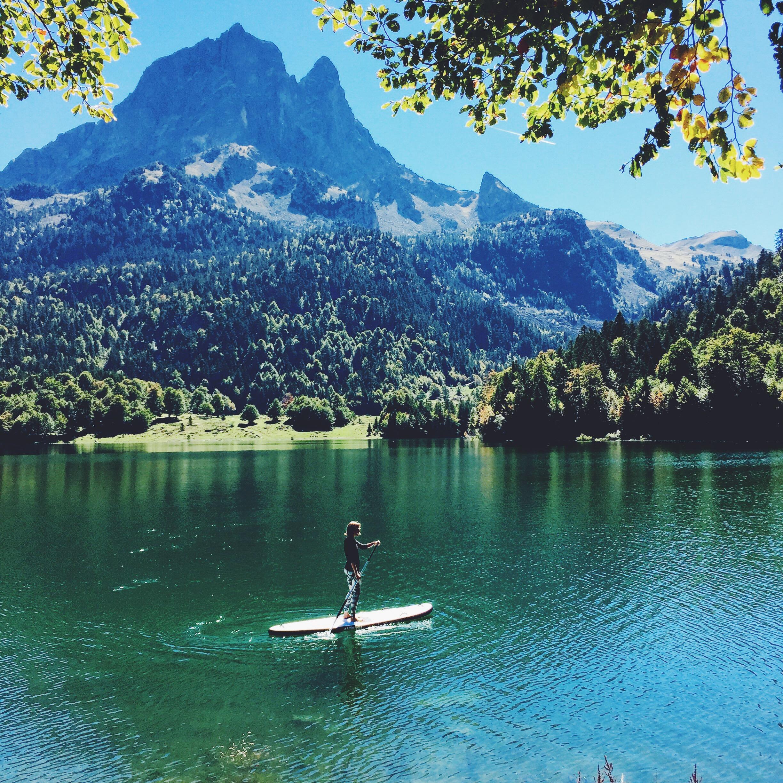 Stand-Up Paddle au lac de Bious-Artigues dans la Vallée d'Ossau dans les Pyrénées.