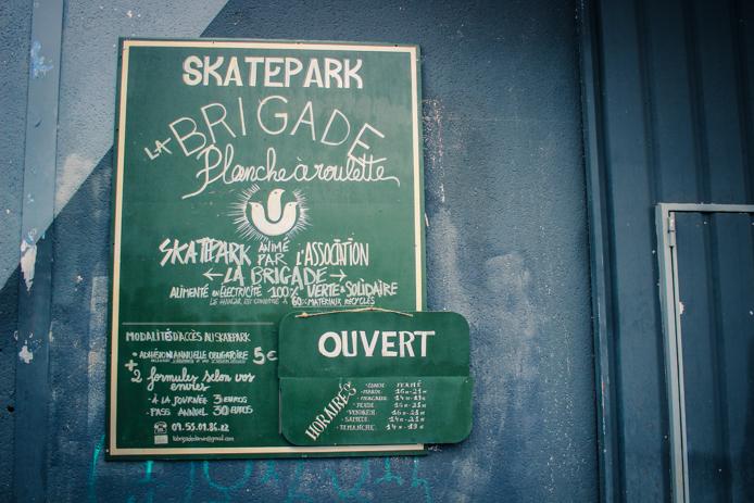 Pancarte du skatepark indoor chez Darwin Caserne Niel à Bordeaux Rive droite