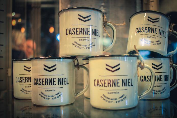 Tasses emaille en vente chez Darwin Caserne Niel à Bordeaux