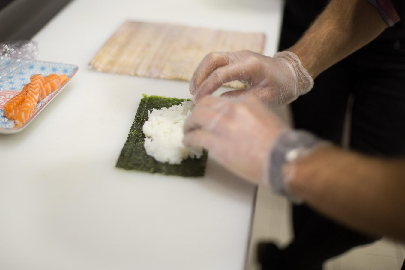 Préparation sushis chez You Sushi à Bayonne.