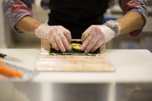 Préparation de sushis chez You Sushi Bayonne.