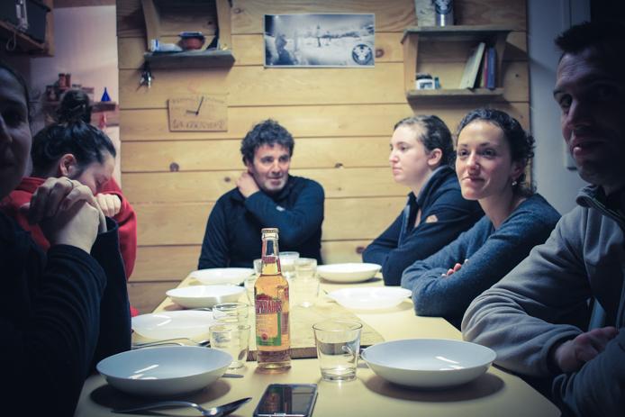 repas dans le refuge avec l'aventure nordique à Gourette