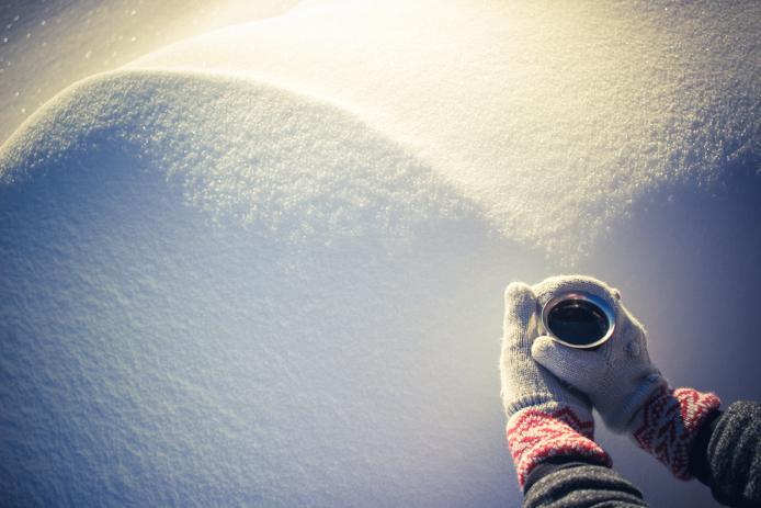 café apres une nuit en snow pod à Gourette avec gants Rip Curl