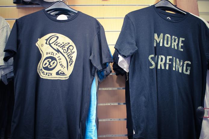 Tee-shirt Quiksilver en vente au magasin Au Fil des Marques à Biarritz.