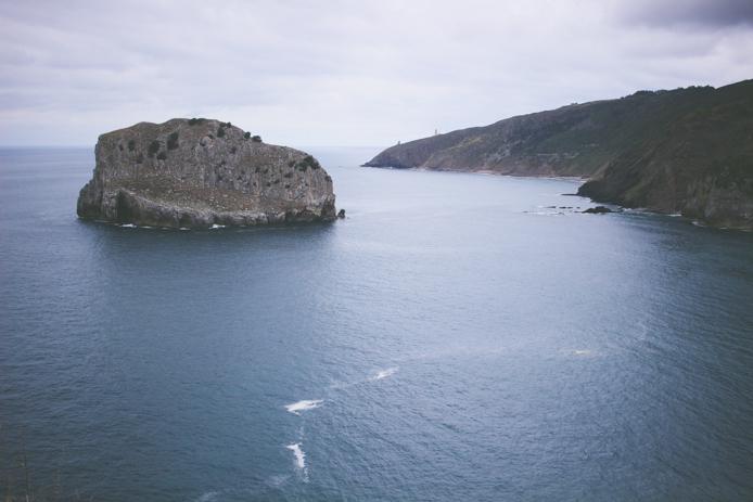 Dans le Pays basque espagnol, partez à l'ascension de San Juan de Gaztelugatxe dressé en hauteur d'une île majestueuse. Une balade familiale, accessible à tous, à la découverte d'un lieu unique à la vue époustouflante.