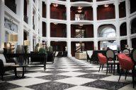 Patio de l'hôtel Régina à Biarritz.
