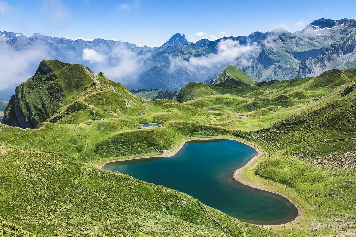 Lac du Montagnon d'Iseye en forme de coeur dans les Pyrénées en Vallée d'Ossau : les itinéraires