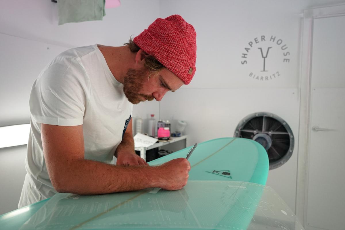 L'artiste Yann Hubert décore la Kinda Board réalisée à la Shaper House