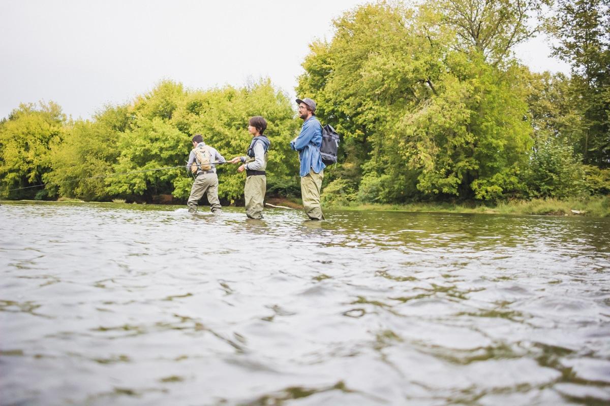 C'est donc en waders et avec de l'eau jusqu'aux cuisses que l'on s'est pris au jeu de la pêche à la mouche, ajustant avec précision notre geste et notre attention à ce nouvel environnement,