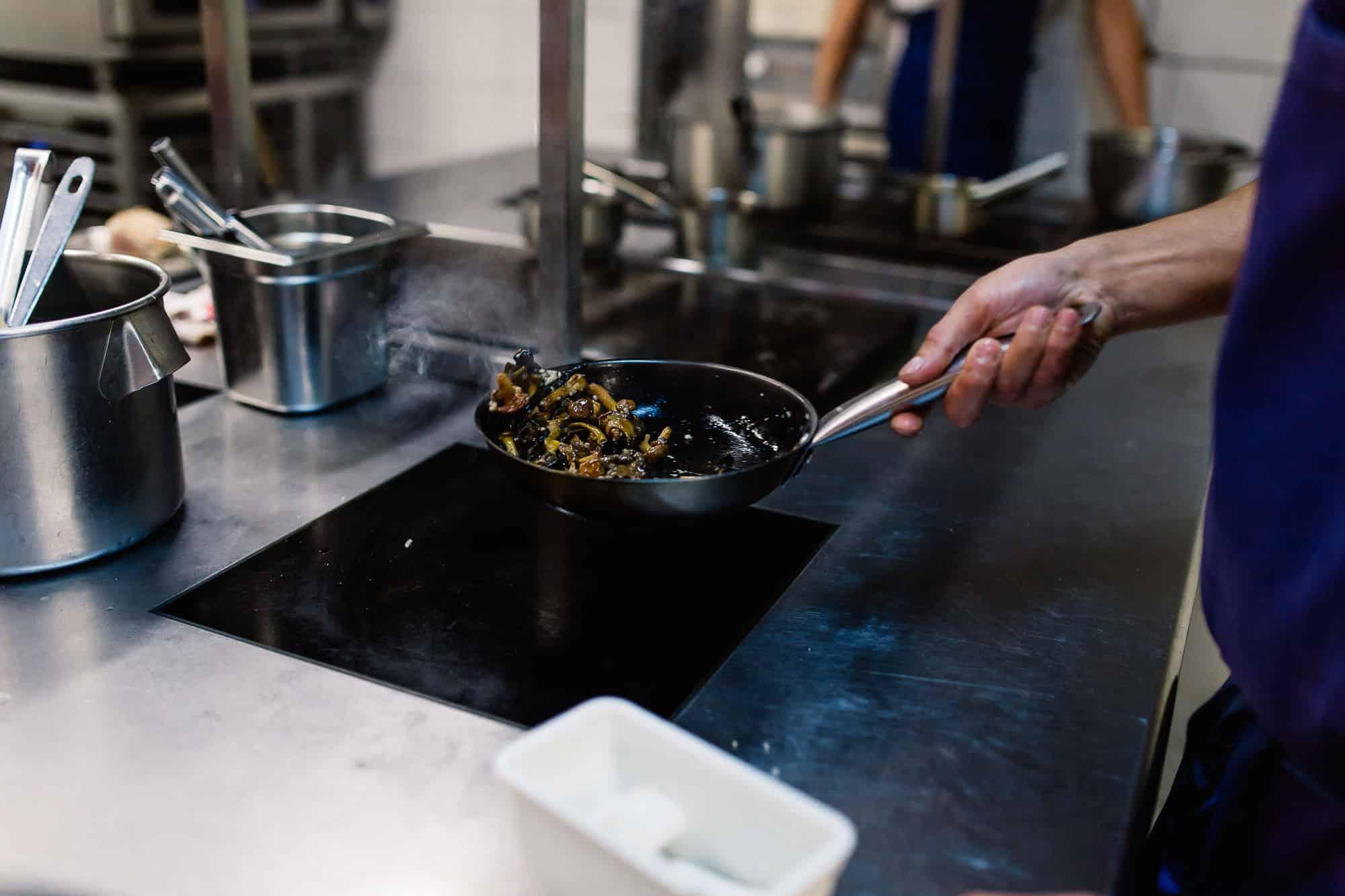 En cuisine avec le chef Antoine Chuard du restaurant Iqori au Regina Biarritz.