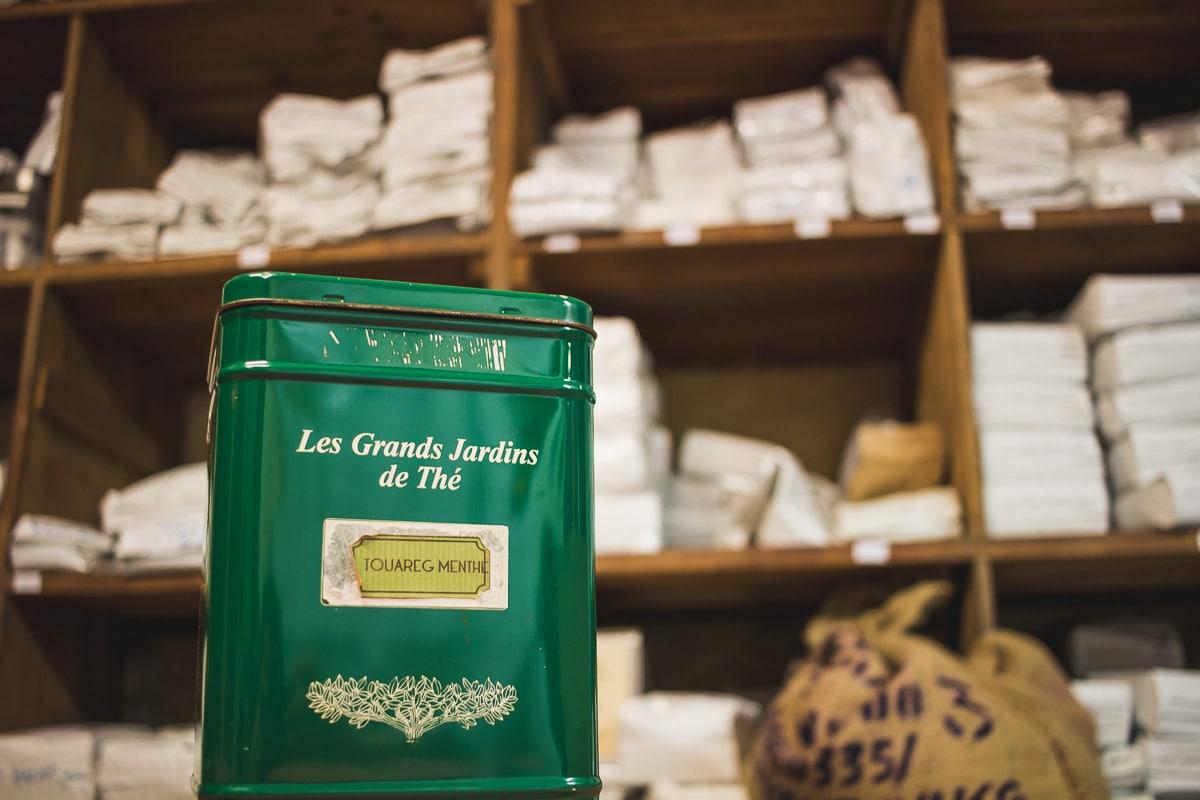 Se laisser guider par les images sensuelles et conviviales qu'inspire l'odeur de café dans les rues de Saint-Jean, c'est finir son trajet pour sûr dans la boutique de la Maison Deuza.