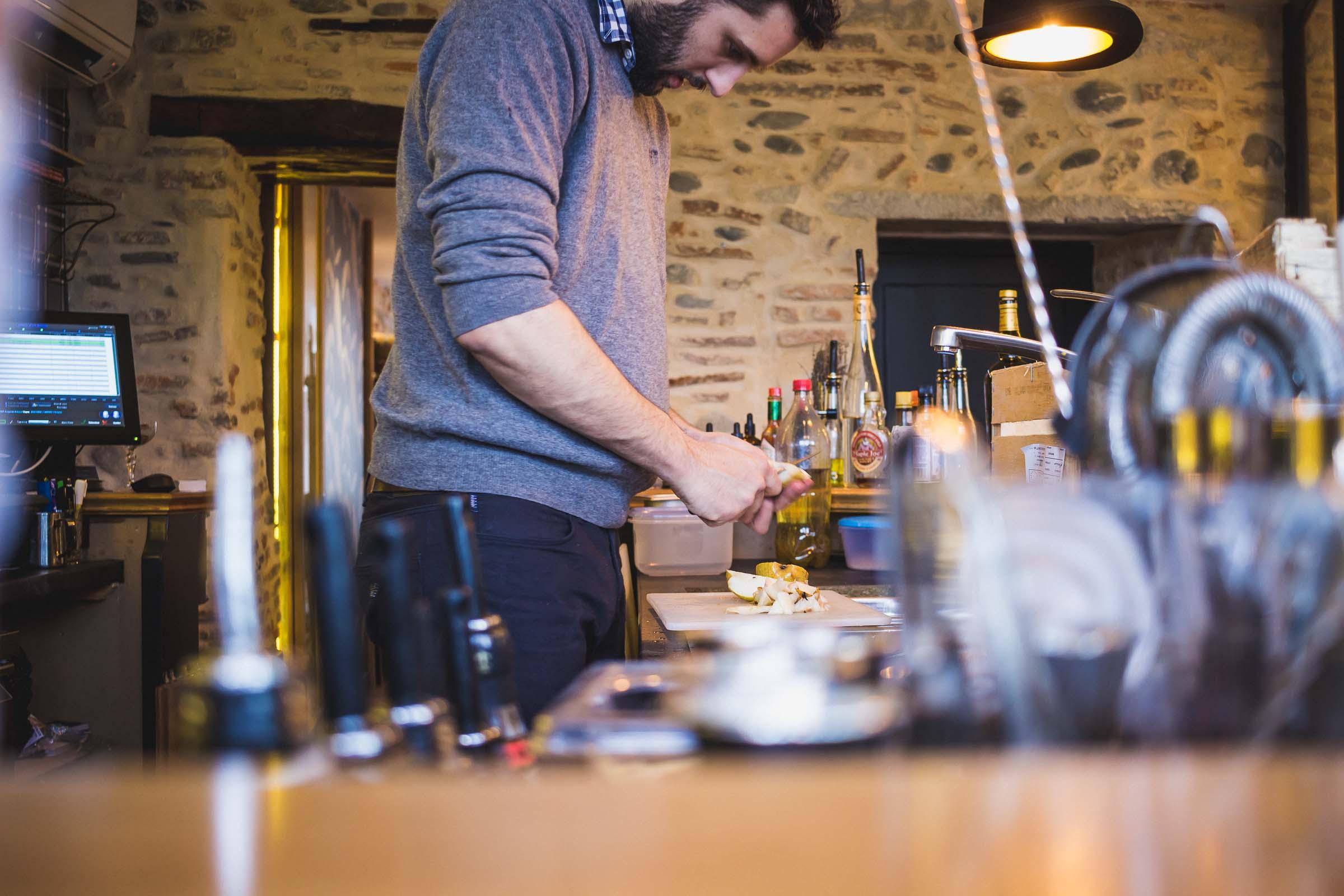 Préparation de cocktails à spiritueux au bar Snug à Pau