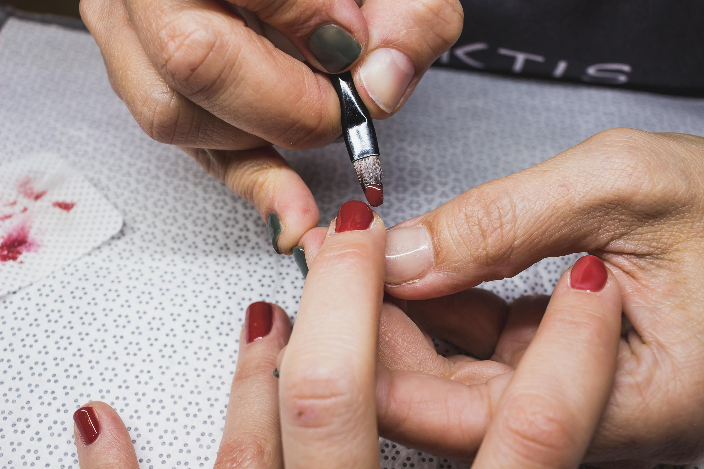 Pose de vernis à ongles semi-permanent au salon Nuktis à Biarritz avec le gel organique.