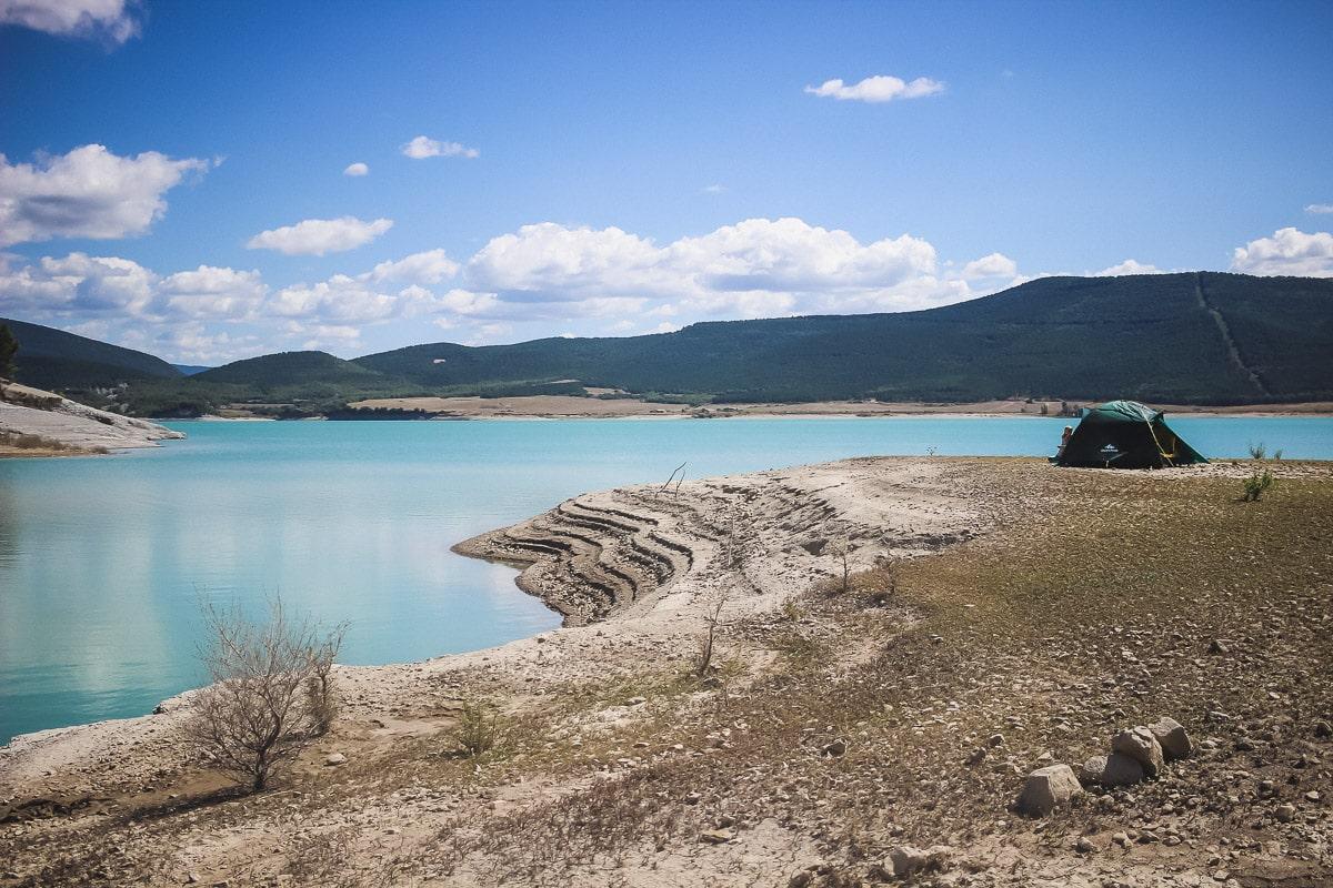 Lac de Yesa et son eau turquoise en Espagne, entre l'Aragon et la Navarre aux portes des Pyrénées.