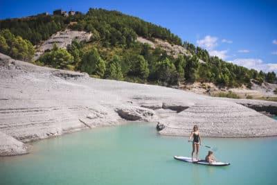 Stand-Up Paddle au Lac de Yesa et son eau turquoise en Espagne, entre l'Aragon et la Navarre aux portes des Pyrénées.