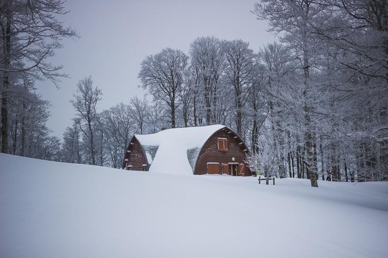 Les chalets d'Iraty sous la neige au Pays basque