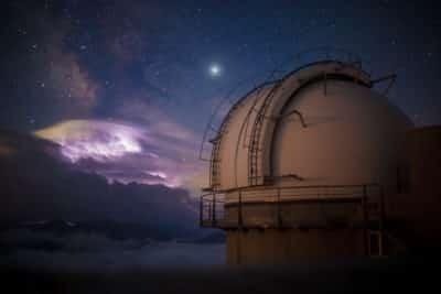 Nuit à l'observatoire astronomique du Pic du Midi de Bigorre dans les Pyrénées dans les étoiles.