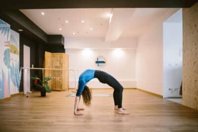Maïa dans son studio de yoga La Kasa à Bidart-Pays basque