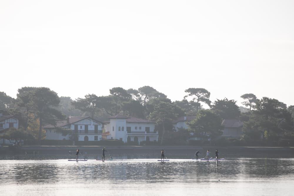Stand Up Paddle Yoga pour le Roxy Active Week au Lac d'Hossegor pendant le Pro France 2021